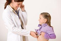 Enfant de examen de docteur féminin avec le stetoscope photo libre de droits