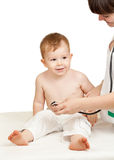 Enfant de examen de docteur sur un fond blanc images libres de droits