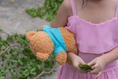 Enfant de fille de l'Asie mignon avec l'ours de nounours Photographie stock libre de droits