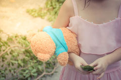 Enfant de fille de l'Asie mignon avec l'ours de nounours Image libre de droits