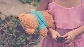Enfant de fille de l'Asie mignon avec l'ours de nounours Image stock