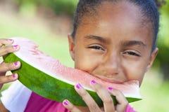 Enfant de filles d'Afro-américain mangeant le melon d'eau Photo libre de droits