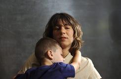 Enfant de fixation de mère Photo libre de droits