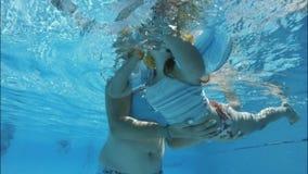 Enfant de formation de mère à nager banque de vidéos