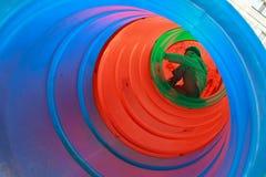 Enfant de garçon jouant dans le tube Images libres de droits