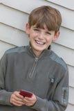 Enfant de garçon à l'aide du téléphone portable mobile Photos libres de droits