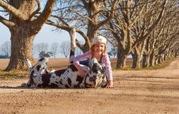 Enfant de jeune fille jouant avec son chien great dane Photo stock
