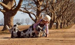 Enfant de jeune fille jouant avec son chien great dane Photos libres de droits