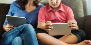 Enfant de mère apprenant le concept social de media d'éducation Photo stock