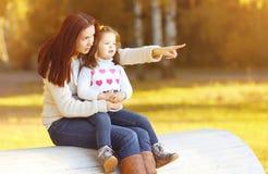 Enfant de mère et de fille en automne ensoleillé Image stock