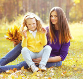 Enfant de mère et de fille ensemble en automne Photos stock