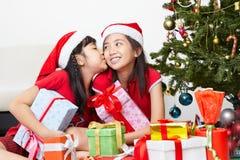 Enfant de mêmes parents affichant l'amour dans la saison de Noël Images libres de droits