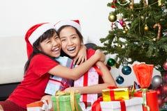 Enfant de mêmes parents affichant l'amour dans la saison de Noël Photographie stock libre de droits