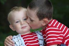 Enfant de mêmes parents d'â d'amitié ensemble, frères Images libres de droits