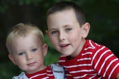 Enfant de mêmes parents d'â d'amitié ensemble, frères Photos stock