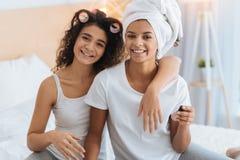 Enfant de mêmes parents féminin heureux rayonnant tout en étant prêt pour la partie Image stock