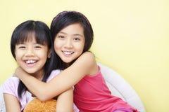 Enfant de mêmes parents heureux Photos libres de droits