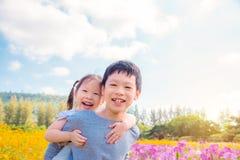 Enfant de mêmes parents heureux dans le jardin d'agrément Image stock