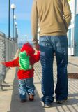 Enfant de père et d'enfant en bas âge dehors pour la promenade Photographie stock