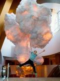 Enfant de parachute sautant avec des nuages Photographie stock libre de droits