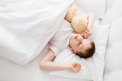 Enfant de petit garçon se réveillant au matin Image stock