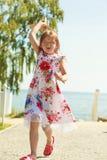 Enfant de petite fille à la plage avec l'avion plat de papier Images stock