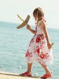 Enfant de petite fille à la plage avec l'avion plat de papier Image libre de droits