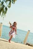 Enfant de petite fille à la plage avec l'avion plat de papier Image stock