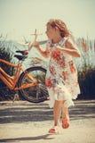 Enfant de petite fille à la plage avec l'avion plat de papier Images libres de droits