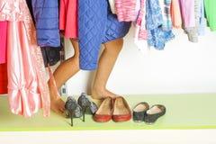 Enfant de petite fille choisissant des vêtements pour porter dans la garde-robe Belles pattes Concept de vente de vêtements de mo photographie stock