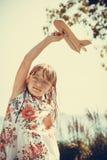 Enfant de petite fille extérieur avec l'avion plat de papier Photos stock