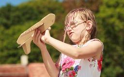 Enfant de petite fille extérieur avec l'avion plat de papier Images stock