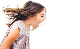 Enfant de petite fille hurlant, criant et criant avec de mauvaises fa?ons photographie stock libre de droits