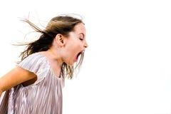 Enfant de petite fille hurlant, criant et criant avec de mauvaises fa?ons photo libre de droits