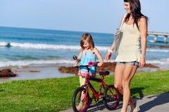 Enfant de plage de vélo d'équitation image libre de droits