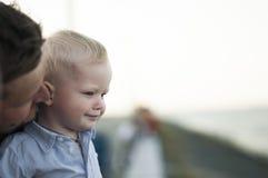 Enfant de profil avec le père Photo libre de droits