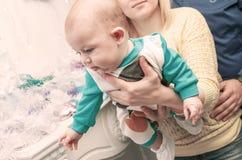 Enfant de quatre mois heureux sur des mains à la mère Photos stock