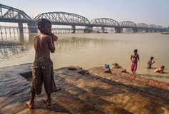 Enfant de rue après un bain en rivière le Gange chez Dakshineshwar images stock