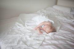 Enfant de sommeil dans un double lit images stock
