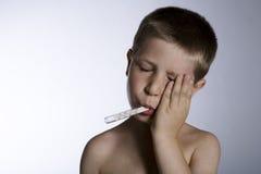 Enfant de souffrance avec le thermomètre Images libres de droits