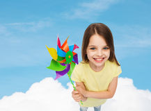 Enfant de sourire avec le jouet coloré de moulin à vent Image libre de droits