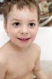 Enfant de sourire dans la salle de bains photographie stock
