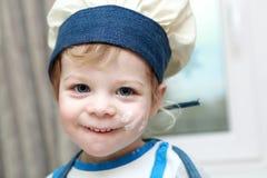 Enfant de sourire de cuisinier image stock