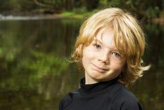 Enfant de sourire de garçon à l'extérieur Image stock