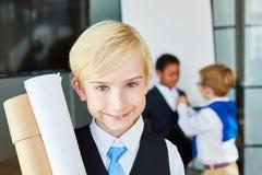 Enfant de sourire en tant qu'homme d'affaires réussi photo stock
