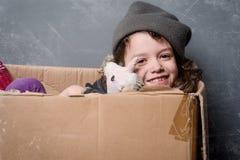 Enfant de sourire et jouet utilisé photo stock
