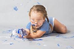 Enfant de sourire heureux complètement avec la couleur photographie stock libre de droits