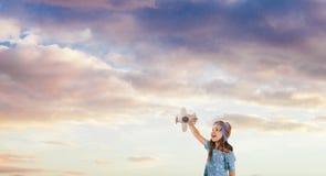 Enfant de sourire rêvant de devenir un pilote, concept de génération future photos stock