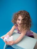 Enfant de sourire riant heureux avec le lapin de Pâques Image stock