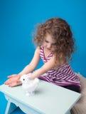 Enfant de sourire riant heureux avec le lapin de Pâques Photos stock